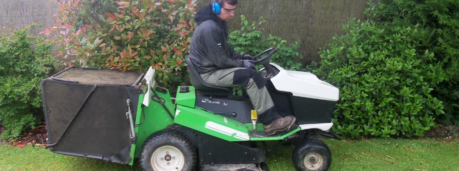 Entretien jardin tondeuse autoportee pour tonte de grands for Entretien jardin eure et loir